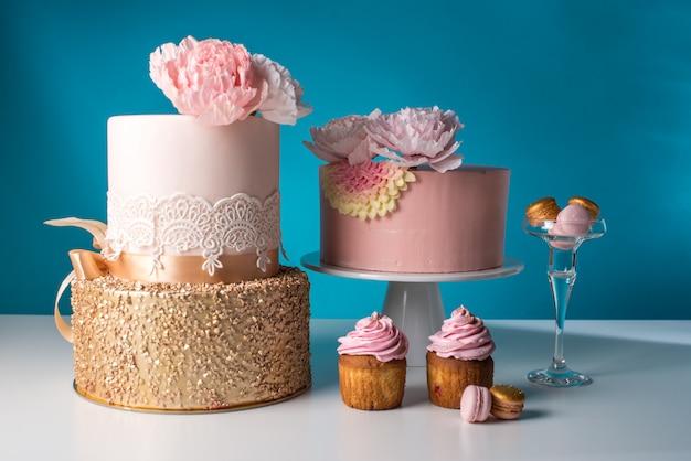 Bruiloft mooie taarten versierd met mastiek bloemen