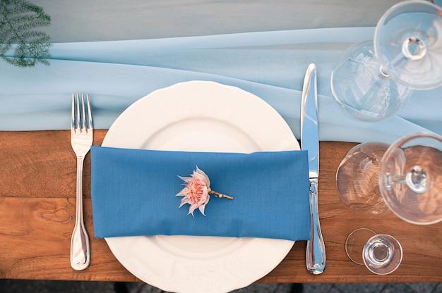 Bruiloft of andere evenement decoratie tafel opstelling, blauw servet, buiten