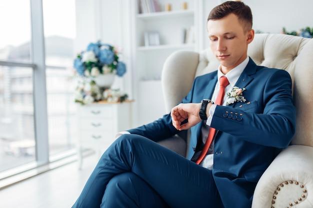 Bruiloft portret van een man, een man in een elegant pak