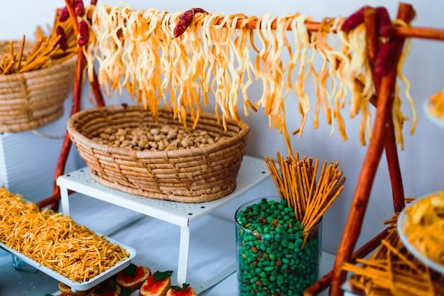 Bruiloft receptie. kaas, noten en chips op tafel.