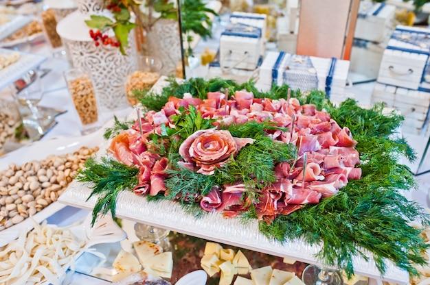 Bruiloft receptie. tafel van kaas, vlees en pinda's