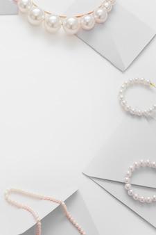 Bruiloft samenstelling van sieraden voor de bruid en uitnodigingen bovenaanzicht.