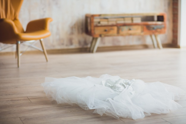 Bruiloft sluier op de vloer voor pas getrouwde bruid
