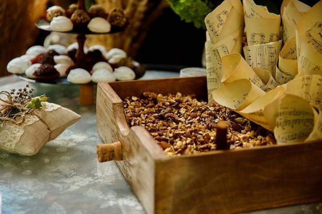 Bruiloft snoep en noten op tafel in rustieke stijl