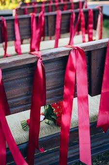Bruiloft stoelen voor gasten versierd met linten