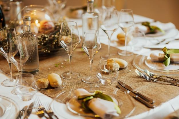Bruiloft tabel instelling close-up details. restaurant serveren op tafel close-up.
