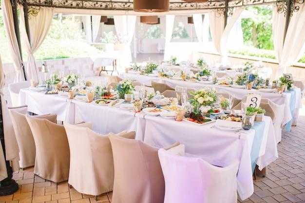 Bruiloft tabel instelling in het restaurant.