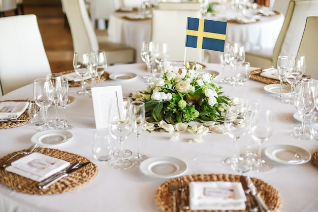 Bruiloft tafel geserveerd met bloemen