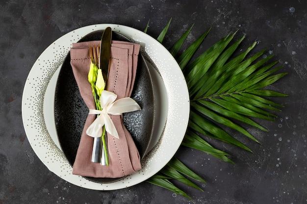 Bruiloft tafel instelling concept plaat bestek op linnen servet en bloemen
