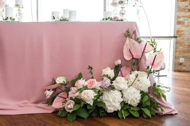 Bruiloft tafel instelling voor de pasgetrouwden is versierd met verse bloemen