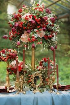 Bruiloft tafeldecoratie in gouden en rode kleuren.