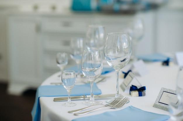Bruiloft tafeldecoratie met blauwe bloemen op tafel