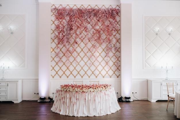 Bruiloft tafeldecoratie met bloemen op de tafel in het kasteel