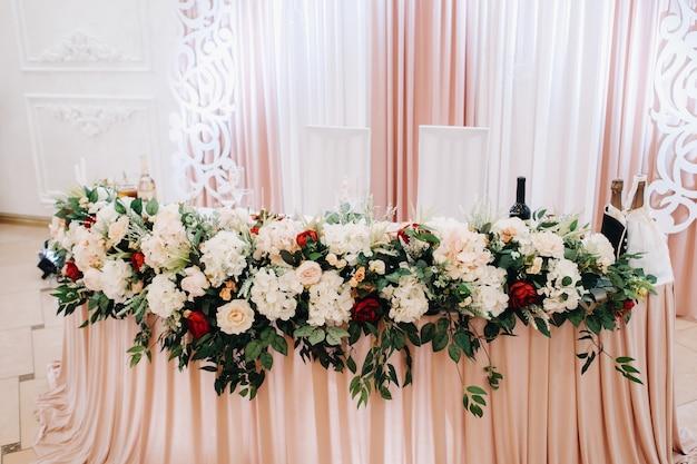 Bruiloft tafeldecoratie met bloemen op tafel, diner bij kaarslicht decor.