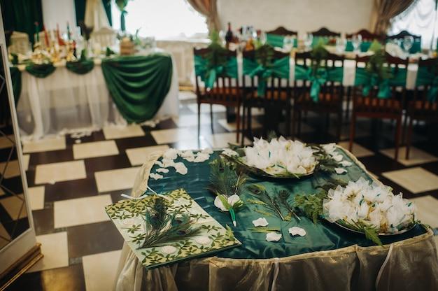 Bruiloft tafeldecoratie met bloemen op tafel in groene stijl, tafel decor