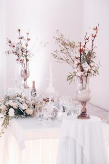 Bruiloft tafeldecoratie met bloemen op tafel in winter stijl