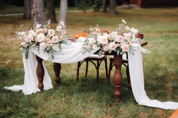 Bruiloft tafeldecoratie met bloemen op tafel, tafel decor.