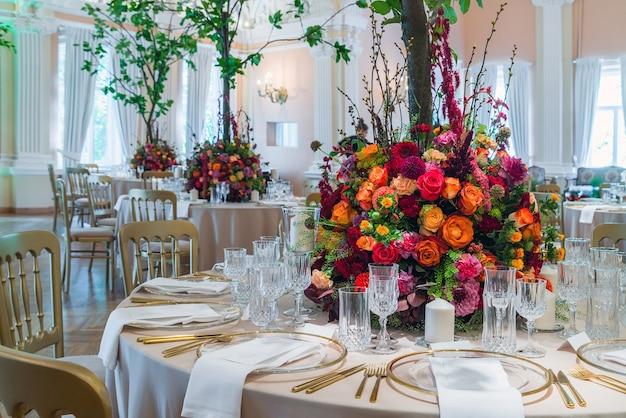 Bruiloft tafeldecoratie mooi boeket bloemen op tafel