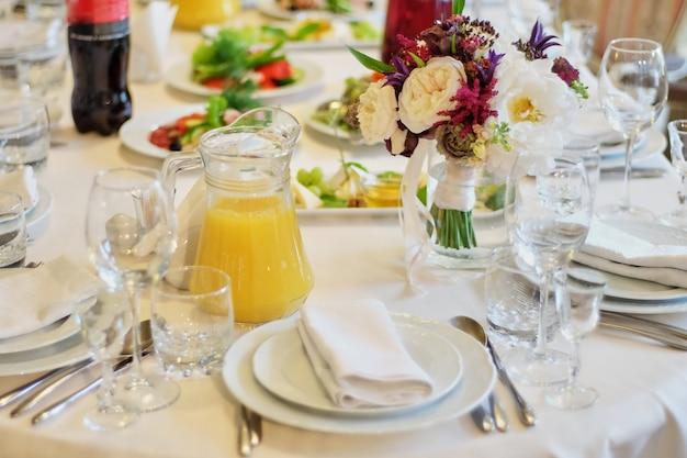 Bruiloft tafeldecoratie. mooie lijst voor een gebeurtenispartij of huwelijksontvangst