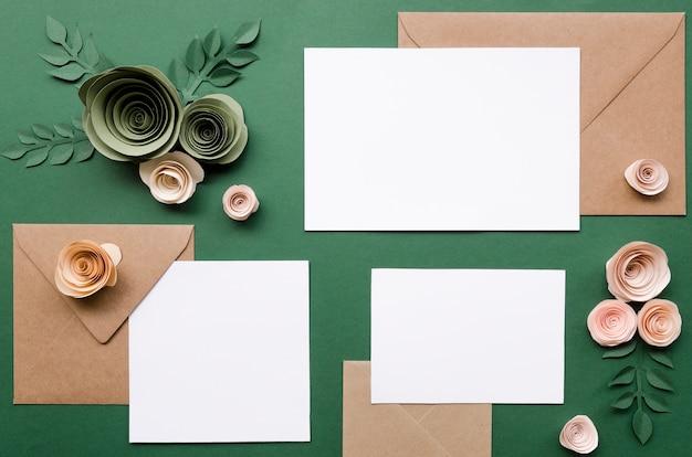Bruiloft uitnodiging en papieren bloemen