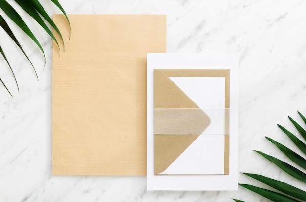 Bruiloft uitnodiging met creatieve envelop