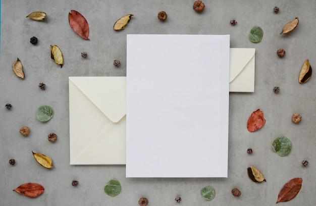 Bruiloft uitnodiging omgeven door bladeren