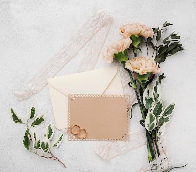 Bruiloft uitnodigingskaarten met bloemen op de tafel