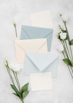 Bruiloft uitnodigingskaarten met bloemen
