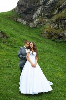 Bruiloft van een paar verliefd in de natuur bij de vuurtoren. knuffels en kusjes van de bruid en bruidegom