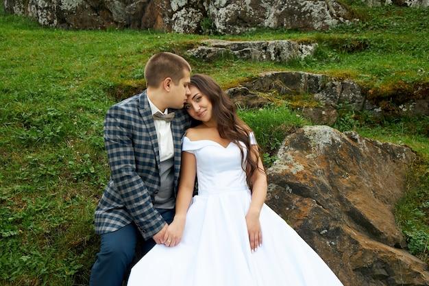 Bruiloft van een paar verliefd in de natuur bij de vuurtoren