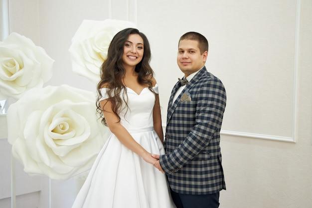 Bruiloft van een verliefd stel in de natuur bij de vuurtoren. knuffels en kusjes van de bruid en bruidegom