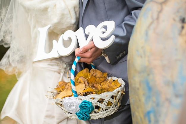 Bruiloft woorden liefde. geliefden die de brief in zijn handen houden