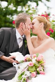 Bruiloft, zoenen in park