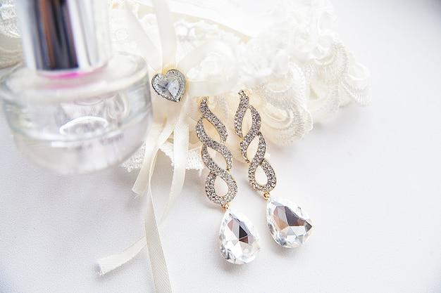 Bruiloftaccessoires, parfum en oorbellen