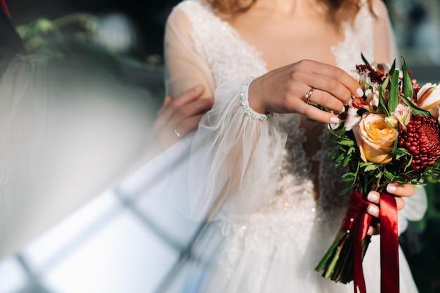 Bruiloftsboeket in de handen van de bruid
