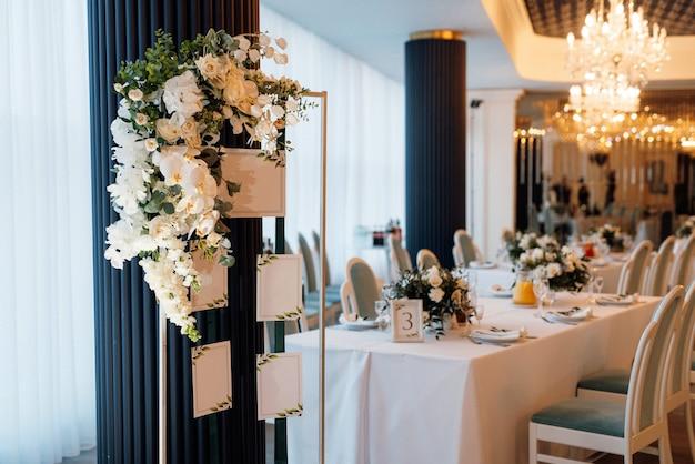 Bruiloftsdecor met natuurlijke bloemen en elementen