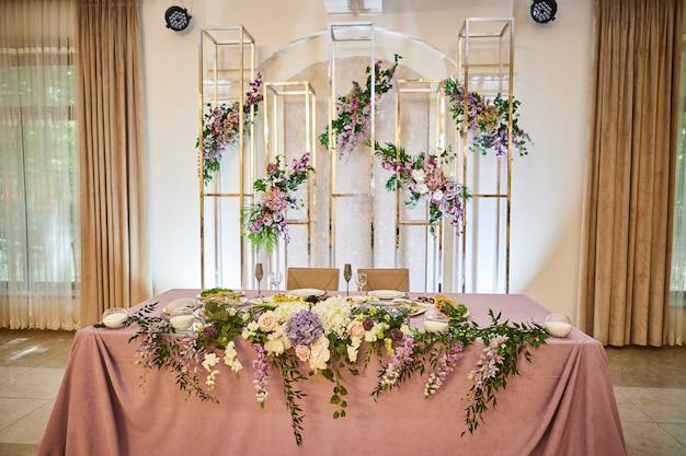 Bruiloftsdecor van een feestzaal in een restaurant
