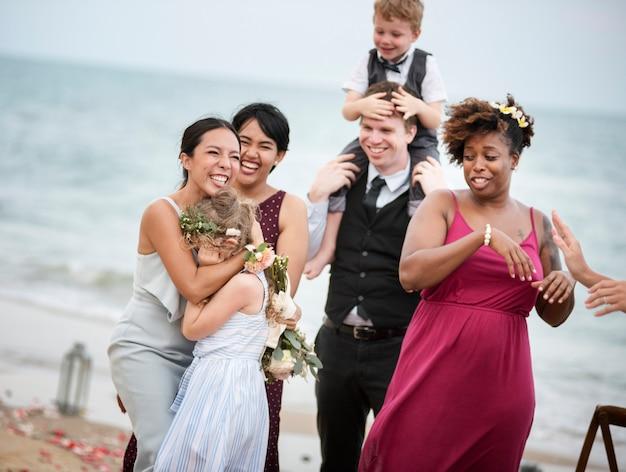 Bruiloftsgasten klappen voor de bruid en bruidegom