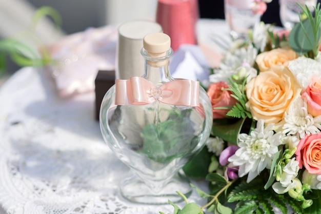 Bruiloftsparafernalia op de tafel van de huwelijksceremonie