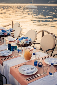 Bruiloftstafel aan de oever. bruiloft in montenegro