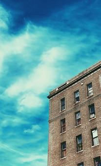 Bruin betonnen gebouw onder de blauwe hemel overdag