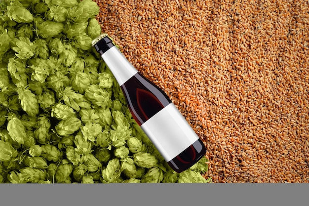 Bruin biermodel met diagonale plaatsingsfles op achtergrond met tarwekorrels en hop. op het glas zit een grijs label. sjabloon klaar voor uw ontwerp.