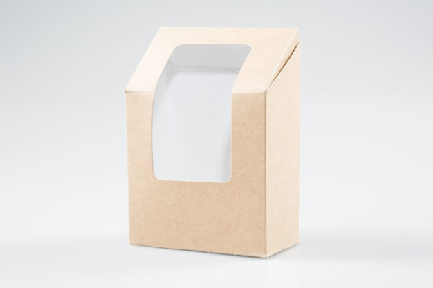 Bruin blanco karton rechthoek afhaaldozen verpakkingen voor sandwich, voedsel, geschenk, andere producten met kunststof venster mock up close-up geïsoleerd op wit
