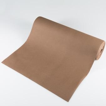 Bruin blanco papier roll op geïsoleerde witte achtergrond