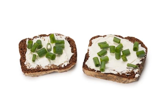 Bruin brood en kaas geïsoleerd op een witte achtergrond.