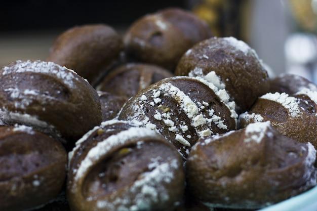 Bruin brood met granen op tafel