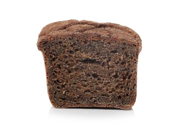 Bruin brood op een witte ondergrond