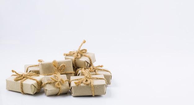 Bruin cadeau op een witte achtergrond