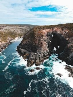Bruin en groen eiland in het midden van de blauwe zee overdag