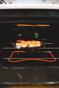 Bruin en wit brood op zwarte pan